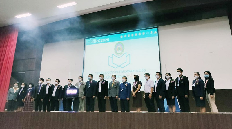 เข้าร่วมรับโล่ห์เจ้าภาพร่วมการประชุมวิชาการนำเสนอผลงานวิจัยระดับบัณฑิตศึกษา ครั้งที่ 4 ณ มหาวิทยาลัยราชภัฏมหาสารคาม